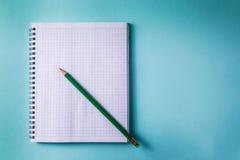Model blauw document als achtergrond en Wit blad van notitieboekje Stock Foto