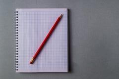 Model Blauw document als achtergrond en Wit blad van notitieboekje met potlood Royalty-vrije Stock Foto's