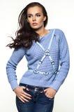 Model in blauwe maniersweater stock afbeeldingen