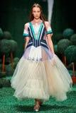 Model chodzi na Alena Akhmadullina wybiegu obrazy royalty free