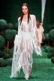 Model chodzi na Alena Akhmadullina wybiegu zdjęcie stock