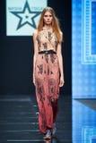 Model chodzi na Masha Tsigal wybiegu zdjęcia royalty free