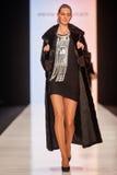 Model chodzi na PÑ ` tr IAKOVLEV dla SAKHABULT wybiegu Fotografia Stock
