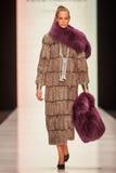 Model chodzi na PÑ ` tr IAKOVLEV dla SAKHABULT wybiegu Zdjęcie Royalty Free
