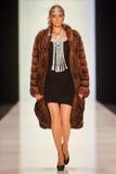 Model chodzi na PÑ ` tr IAKOVLEV dla SAKHABULT wybiegu Fotografia Royalty Free