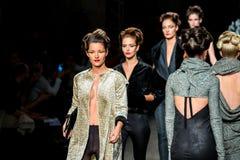 Model chodzi pas startowego dla Celia Vela inkasowych przy 080 Barcelona mody tygodniem 2015 Obrazy Stock