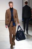 Model chodzi pas startowego jest ubranym Perry Ellis spadek 2015 Obrazy Stock