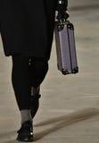 Model chodzi pas startowego jest ubranym Robert Geller Zdjęcia Stock