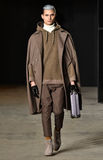 Model chodzi pas startowego jest ubranym Robert Geller Fotografia Royalty Free