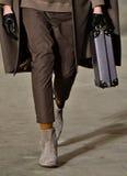 Model chodzi pas startowego jest ubranym Robert Geller Zdjęcia Royalty Free