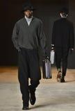 Model chodzi pas startowego jest ubranym Robert Geller Zdjęcie Stock