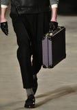 Model chodzi pas startowego jest ubranym Robert Geller Obrazy Royalty Free