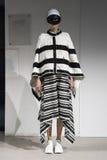 Model chodzi pas startowego podczas Anrealage przedstawienia jako część Paryskiego moda tygodnia zdjęcia royalty free