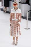 Model chodzi pas startowego podczas Chanel przedstawienia Obrazy Stock