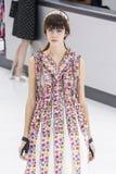 Model chodzi pas startowego podczas Chanel przedstawienia Zdjęcia Royalty Free