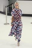 Model chodzi pas startowego podczas Chanel przedstawienia Fotografia Stock
