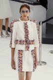 Model chodzi pas startowego podczas Chanel przedstawienia Fotografia Royalty Free