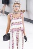 Model chodzi pas startowego podczas Chanel przedstawienia Zdjęcie Stock