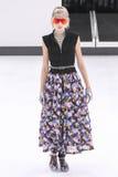Model chodzi pas startowego podczas Chanel przedstawienia Obraz Stock