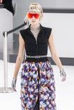 Model chodzi pas startowego podczas Chanel przedstawienia Zdjęcia Stock