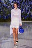 Model chodzi pas startowego podczas Christian Dior przedstawienia Zdjęcie Stock