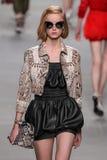 Model chodzi pas startowego podczas Fendi pokazu mody Zdjęcie Royalty Free