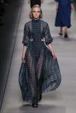 Model chodzi pas startowego podczas Fendi pokazu mody Fotografia Royalty Free