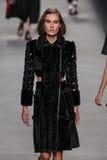 Model chodzi pas startowego podczas Fendi pokazu mody Zdjęcia Royalty Free