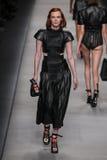 Model chodzi pas startowego podczas Fendi pokazu mody Obrazy Royalty Free