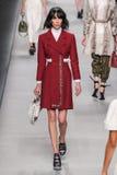 Model chodzi pas startowego podczas Fendi pokazu mody Zdjęcie Stock