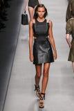 Model chodzi pas startowego podczas Fendi pokazu mody Obrazy Stock