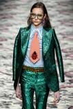 Model chodzi pas startowego podczas Gucci przedstawienia Fotografia Royalty Free