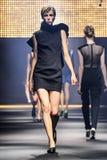 Model chodzi pas startowego podczas Lanvin przedstawienia Zdjęcia Stock
