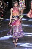 Model chodzi pas startowego podczas Manish Arora przedstawienia Obraz Royalty Free