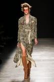 Model chodzi pas startowego podczas Vivienne Westwood przedstawienia Zdjęcie Stock