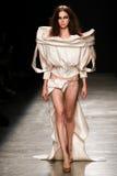 Model chodzi pas startowego podczas Vivienne Westwood przedstawienia Obraz Stock