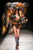 Model chodzi pas startowego podczas Vivienne Westwood przedstawienia Zdjęcia Stock