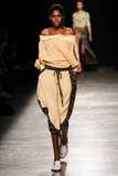 Model chodzi pas startowego podczas Vivienne Westwood przedstawienia jako część Paryskiego moda tygodnia Fotografia Stock
