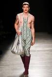 Model chodzi pas startowego podczas Vivienne Westwood przedstawienia jako część Paryskiego moda tygodnia Obraz Royalty Free