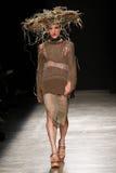 Model chodzi pas startowego podczas Vivienne Westwood przedstawienia jako część Paryskiego moda tygodnia Obraz Stock