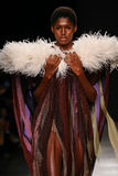 Model chodzi pas startowego podczas Vivienne Westwood przedstawienia jako część Paryskiego moda tygodnia Zdjęcia Royalty Free