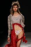 Model chodzi pas startowego podczas Vivienne Westwood przedstawienia jako część Paryskiego moda tygodnia Fotografia Royalty Free