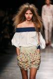 Model chodzi pas startowego podczas Vivienne Westwood przedstawienia jako część Paryskiego moda tygodnia Obrazy Stock