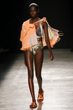 Model chodzi pas startowego podczas Vivienne Westwood przedstawienia jako część Paryskiego moda tygodnia Zdjęcie Stock