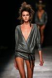Model chodzi pas startowego podczas Vivienne Westwood przedstawienia jako część Paryskiego moda tygodnia Obrazy Royalty Free