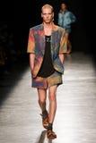 Model chodzi pas startowego podczas Vivienne Westwood przedstawienia jako część Paryskiego moda tygodnia Zdjęcie Royalty Free
