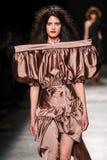 Model chodzi pas startowego podczas Vivienne Westwood przedstawienia jako część Paryskiego moda tygodnia Zdjęcia Stock