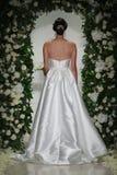 Model chodzi pas startowego przy Anne barki spadku 2014 Bridal inkasowym przedstawieniem Obraz Stock
