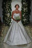 Model chodzi pas startowego przy Anne barki spadku 2014 Bridal inkasowym przedstawieniem Zdjęcie Stock