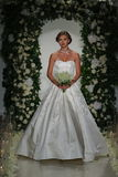 Model chodzi pas startowego przy Anne barki spadku 2014 Bridal inkasowym przedstawieniem Zdjęcia Stock